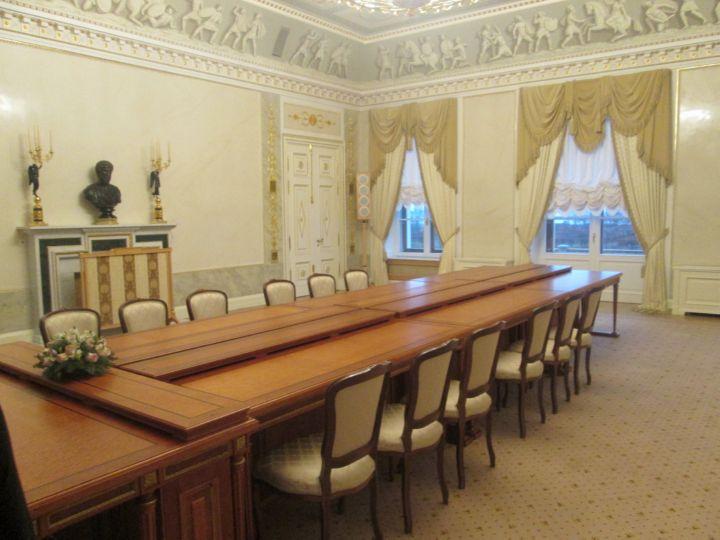 Стол в зале для переговоров