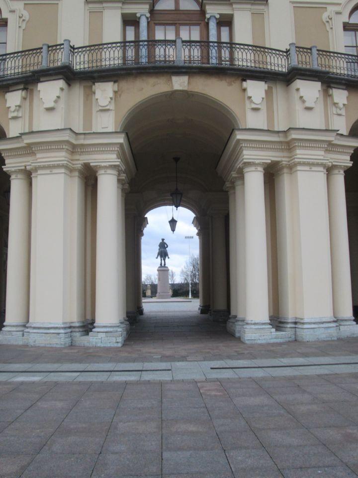 Вид на памятник Петру I через арку Дворца