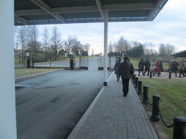 Одна группа уходит через КПП в город, а другая идет на экскурсию во Дворец.