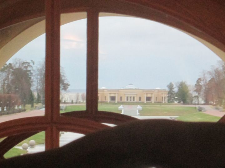 Вид из фойе на парк