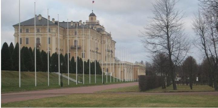 Константиновский дворец со стороны нижнего парка. Хорош9о просматривается башенка с флагштоком для флага РФ