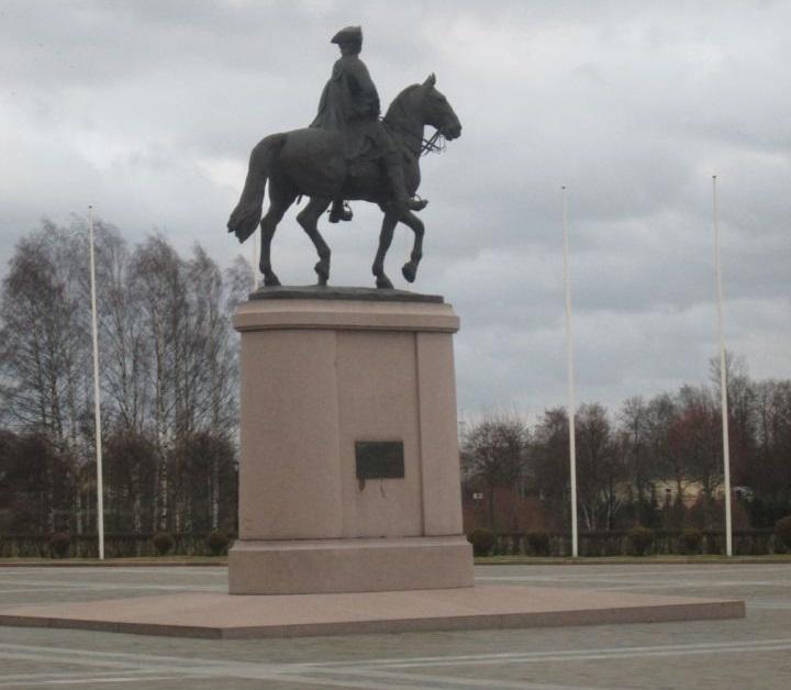 Вид на памятник Петру I из цокольного этажа дворца