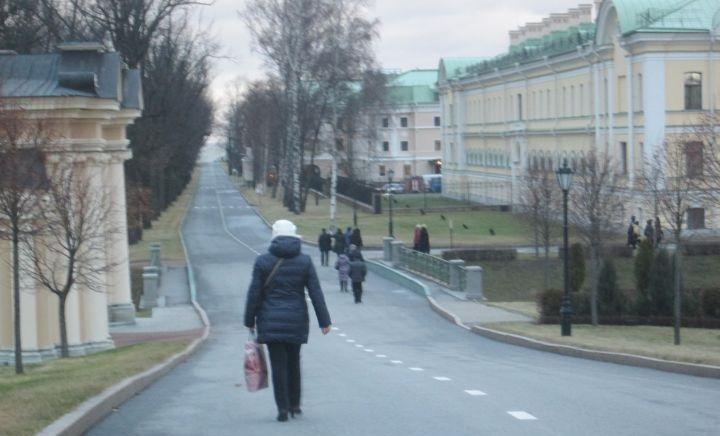 Группа экскурсантов растянулась. Слева - вход в дворцовый парк, справа - здания административных построек служб Администрации президента