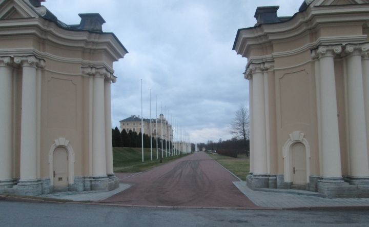 Последний взгляд последнего экскурсанта на дворец со стороны  парадного въезда в нижний сад