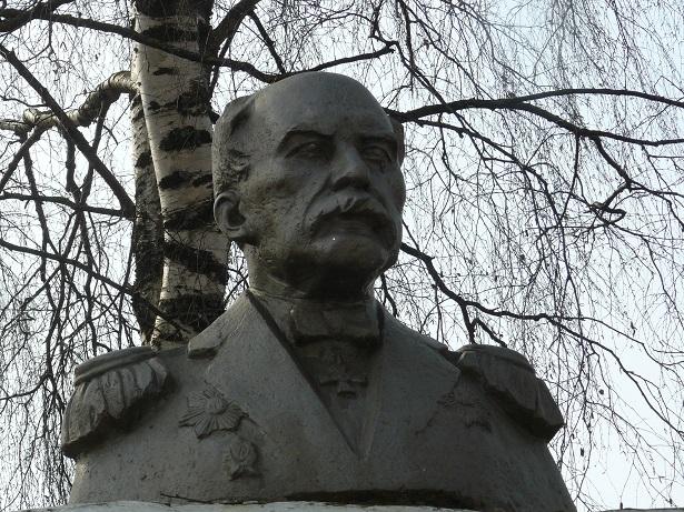 Адмирал  Г. И. Невельской (1813 -1876). Фрагмент памятника в Солигаличе.