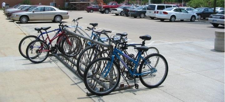 Университетская стоянка  велосипедов и автомобилей. Каждое место закреплено за определенным сотрудником!