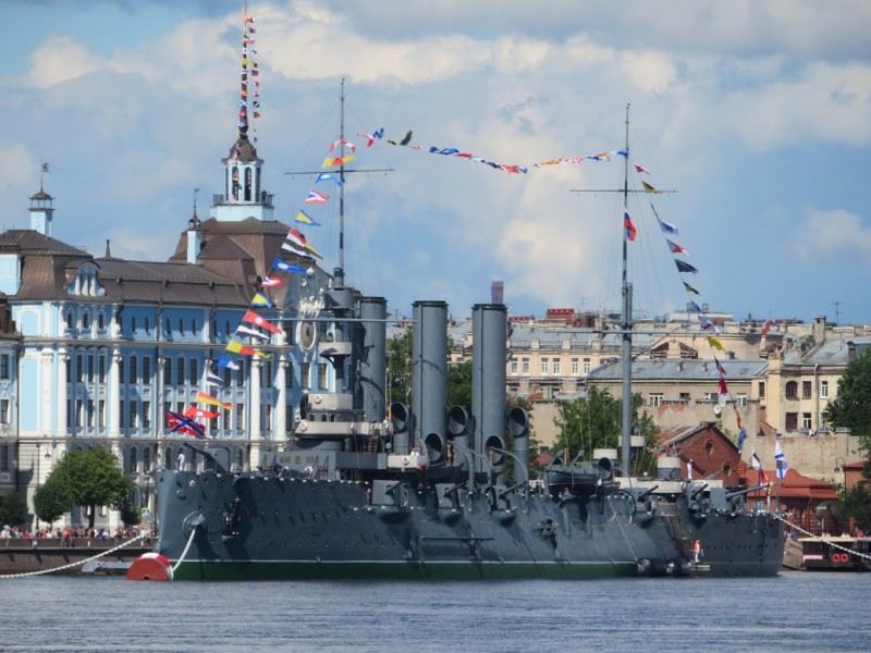 Символ Великого Октября - крейсер Аврора - не утащен на задворки города, не спрятан за щитами, но, наоборот - украшен как и положено боевому кораблю, участвующему в Параде.