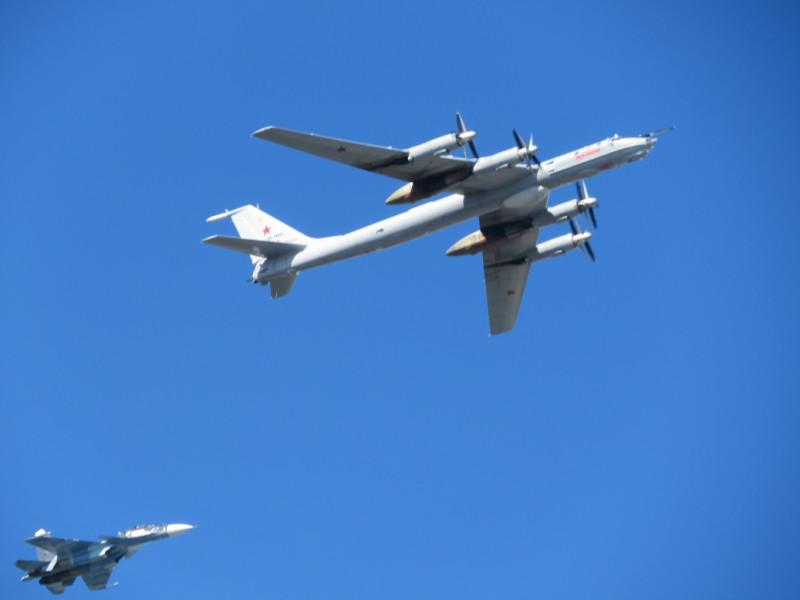 Среди прочих боевых самолетов над Невой  в сопровождении истребителей пролетели ракетоносцы