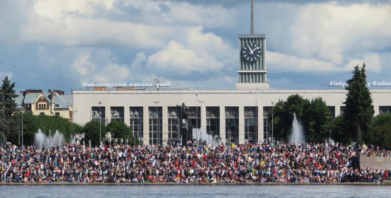 Среди зрителей и Ленин на броневике у Финляндского вокзала. Историческая неточность - в 1917-ом году броневик слева от нового корпуса вокзала. Весьма символично - В.И.Ленин и крейсер Аврора реально участвуют в приеме Парада!