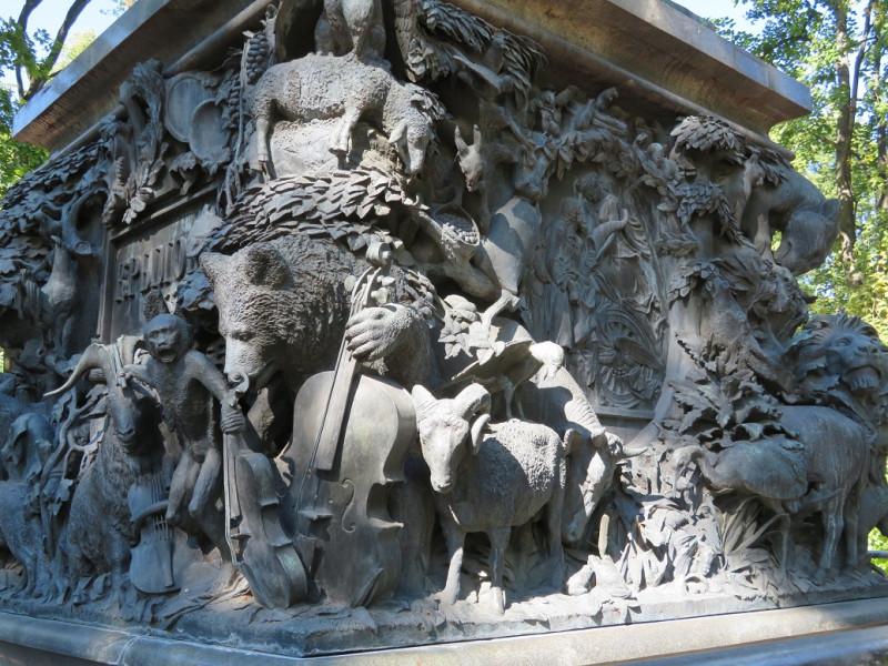 Постамент памятника И.А.Крылову, украшенный скульптурными изображениями героев его басен