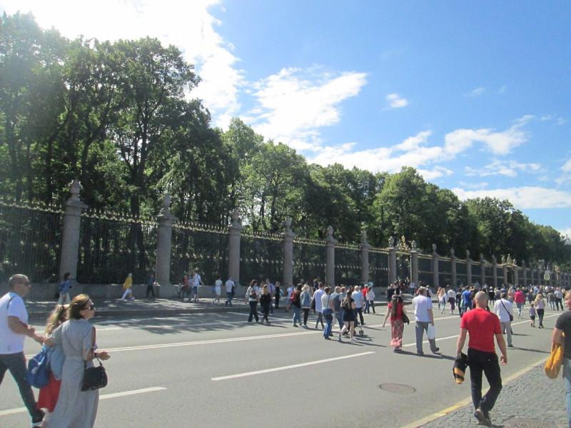 Ограда Летнего сада со стороны Невы. Во время массовых народных гуляний парадные набережные Невы закрывают для автотранспорта