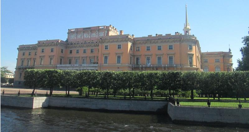 Вид на Михайловский замок, резиденцию Павла I, со стороны Летнего сада