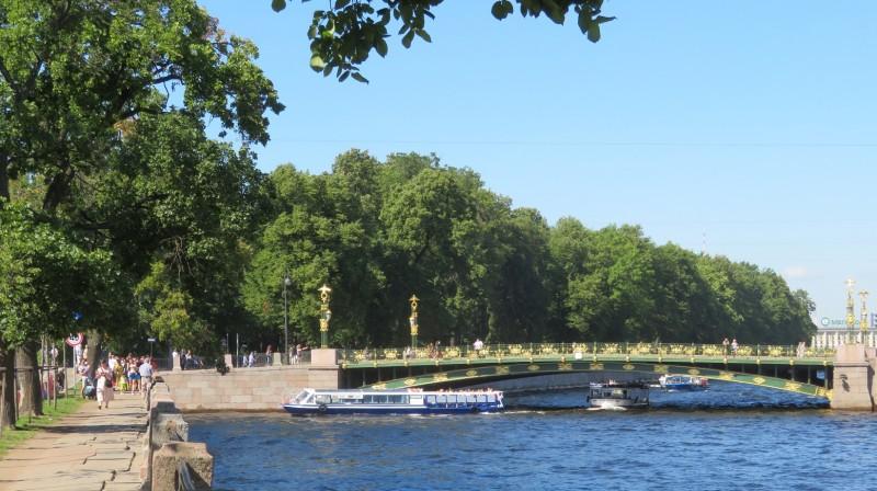 Вид на Летний сад со стороны Фонтанки, в центре Пантелеймоновский мост. Речной трамвайчик поворачивает вправо на заход в Мойку