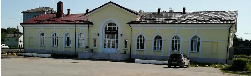 Вид вокзала станции Батецкая со стороны поселка