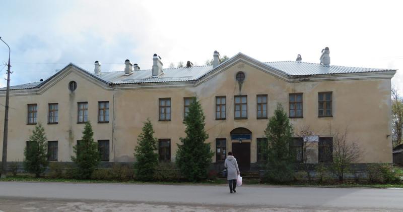 А в этом здании послевоенной постройки до сих пор размещается библиотека