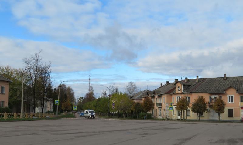 Советская - центральная улица города (вид с площади в начале Советской улицы)