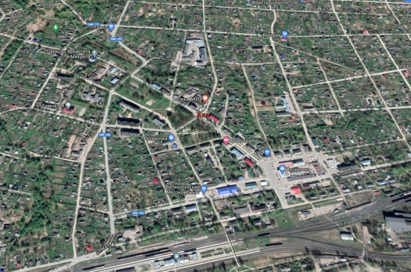 Карта города (Google, режим 2D).  Внизу - железнодорожные пути и  вокзал станции Дно. Справа несколько выше  - площадь в начале Советской улицы, которая на карте идет по диагоналеи в направлении верхнего левого угла.