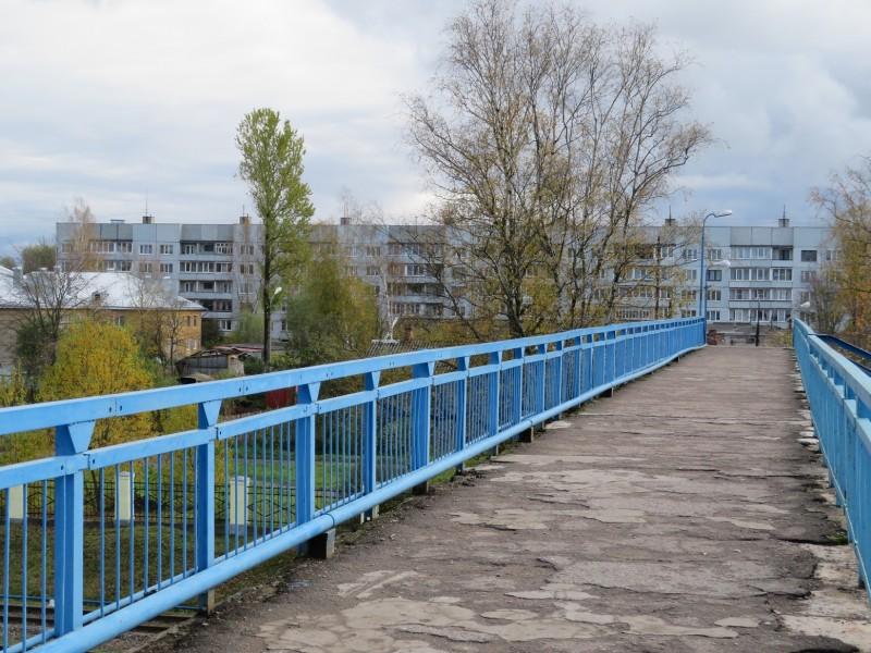 Пешеходный мост через железнодорожные пути в северной части станции Дно, ведущий в восточную часть города, где в советское время велось интенсивное строительство многоквартирных пятиэтажек.
