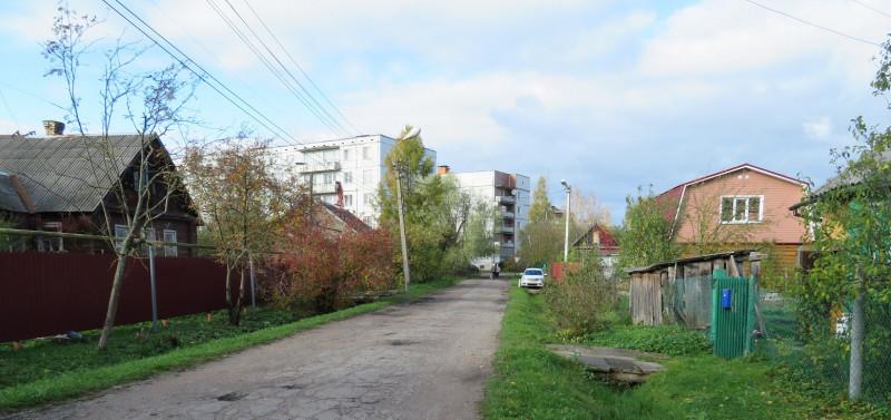 Дома на ул. Зиновьева. Вдали квартал из четырех добротных пятиэтажек в центре города на ул. Карла Маркса и ул. Петрова.