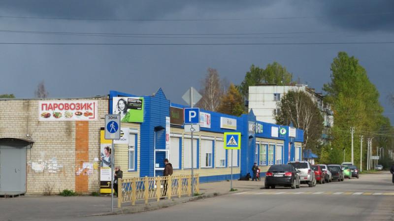 Рядом с  Торговым домом современный торговый центр в переоборудованном магазине советской постройки