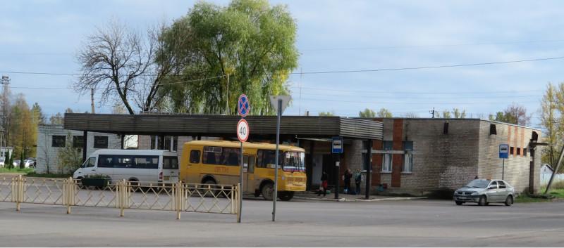 Автовокзал находится на площади в начале Советской улицы вблизи пешеходного моста через железнодорожную станцию
