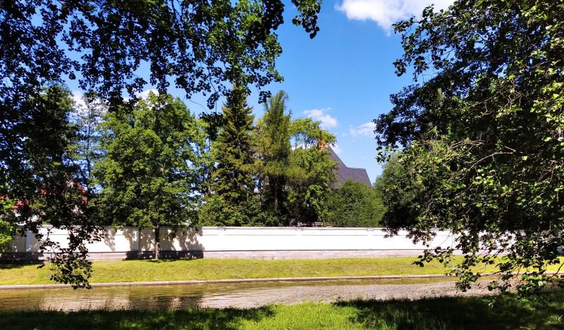 Внушительный бетонный забор Представительского комплекса К-4
