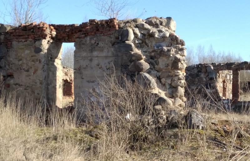 Руины скотного двора дают представление о том насколько добротны были постройки усадьбы.