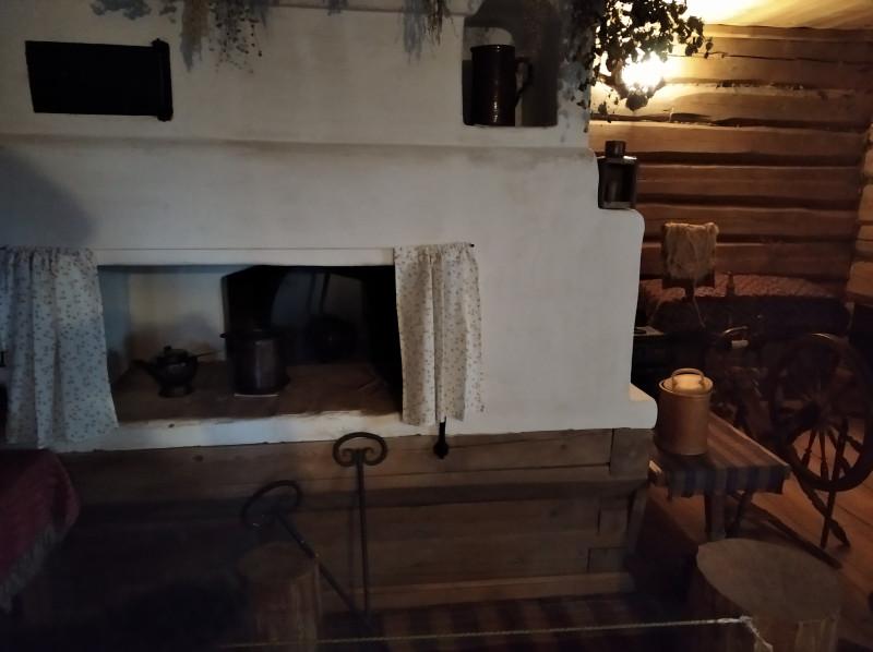А это печь кухни, в которой готовилась еда для бар. В другой комнате здания кухни жила кухарка.
