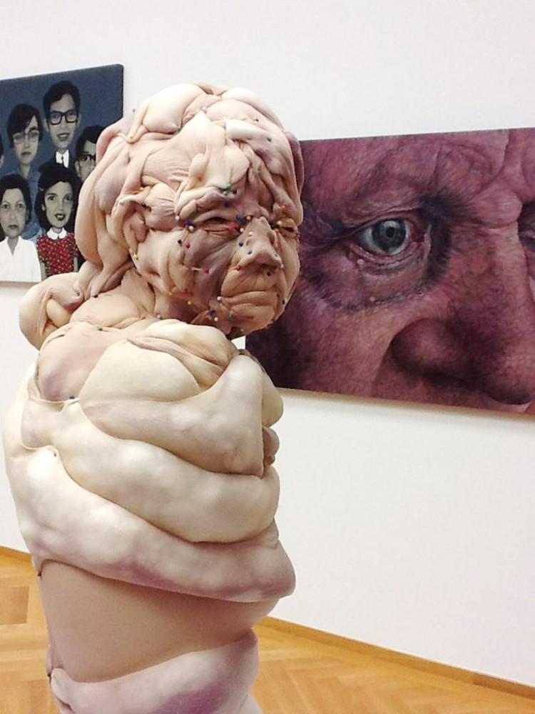 Картинки по запросу Жуткие человекоподобные скульптуры из чулков
