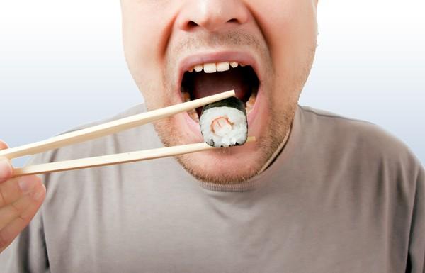 Любителя суши едва заживо не съели черви