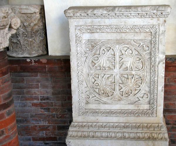 Рельефы с растительным и геометрическим орнаментом из Музея Равенны