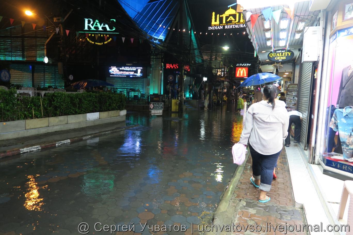 Walking Street в Таиланде (Паттайя) смыло дождем 1