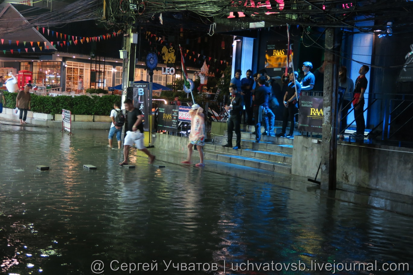 Walking Street в Таиланде (Паттайя) смыло дождем 2