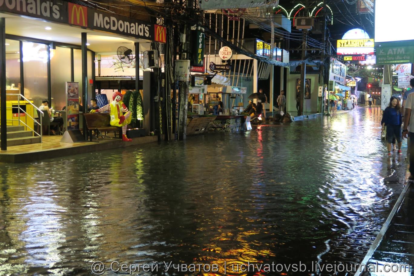 Walking Street в Таиланде (Паттайя) смыло дождем 3