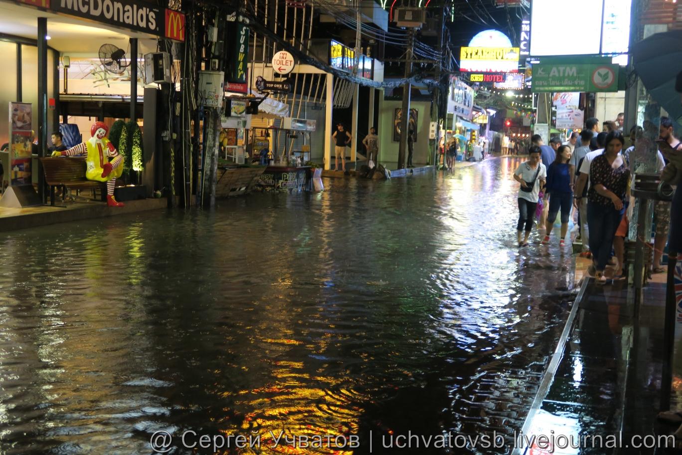 Walking Street в Таиланде (Паттайя) смыло дождем 4