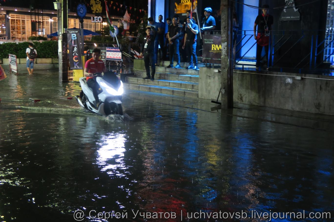 Walking Street в Таиланде (Паттайя) смыло дождем 5