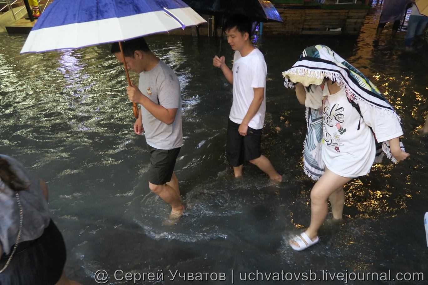 Walking Street в Таиланде (Паттайя) смыло дождем 6