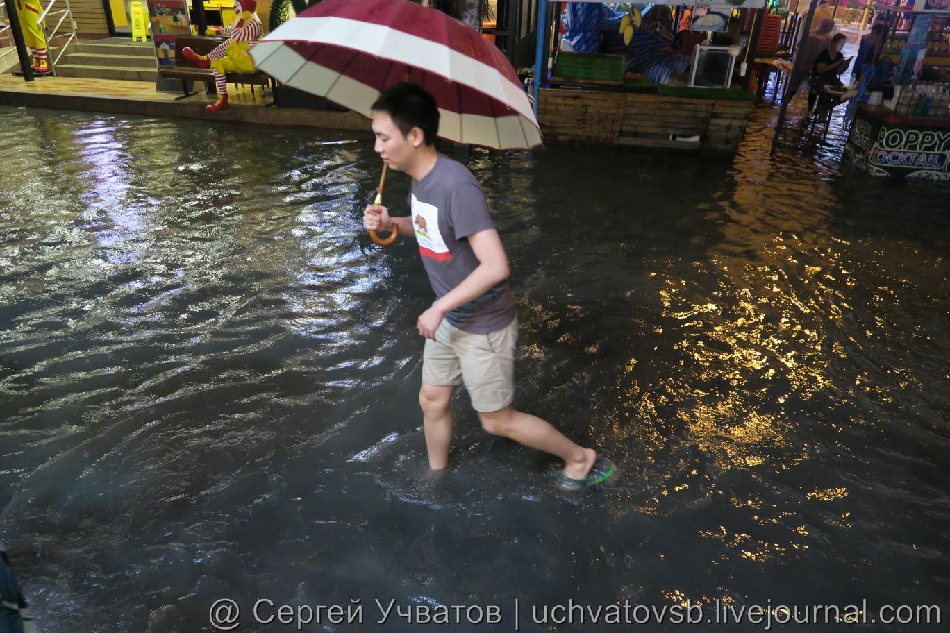 Walking Street в Таиланде (Паттайя) смыло дождем 7