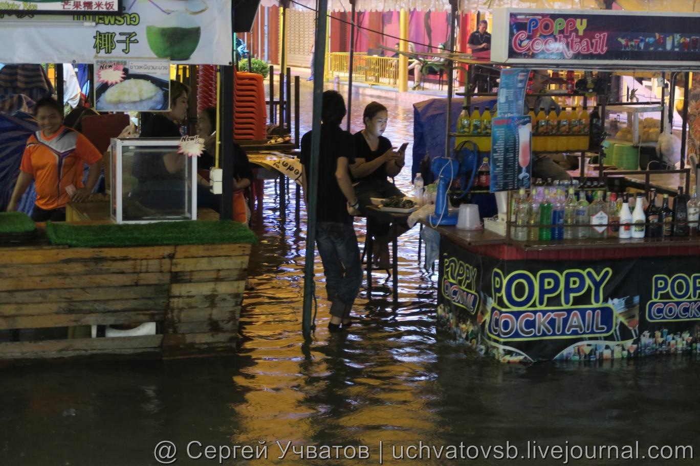Walking Street в Таиланде (Паттайя) смыло дождем 8