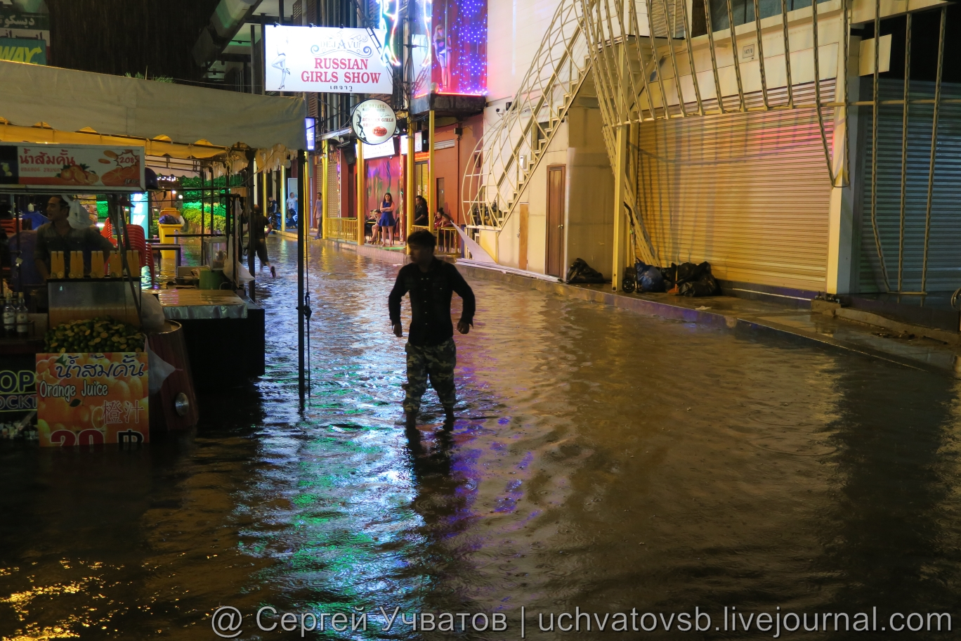 Walking Street в Таиланде (Паттайя) смыло дождем 10