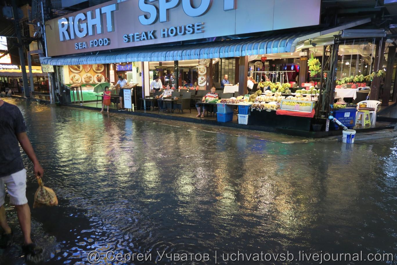 Walking Street в Таиланде (Паттайя) смыло дождем 11