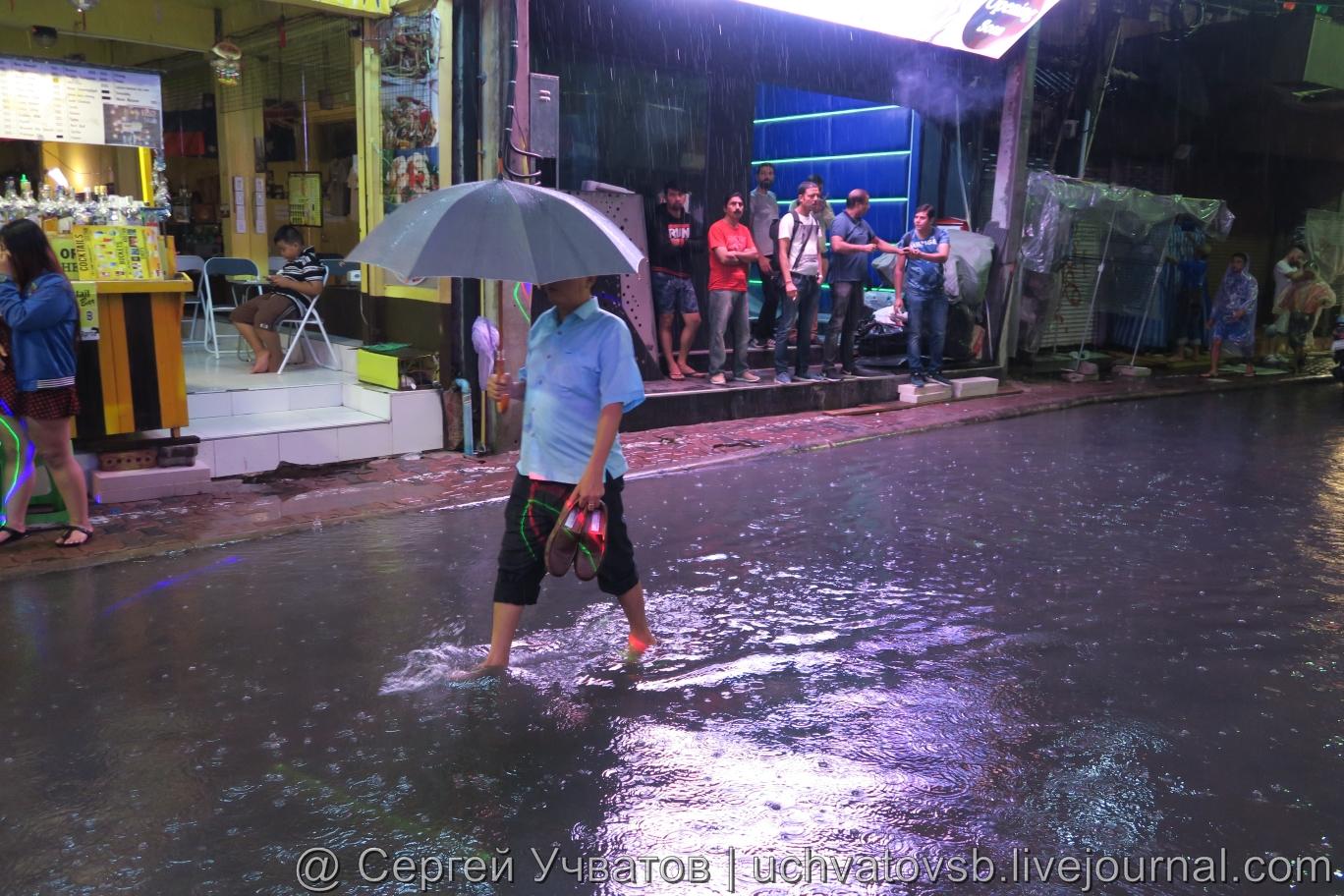Walking Street в Таиланде (Паттайя) смыло дождем 12