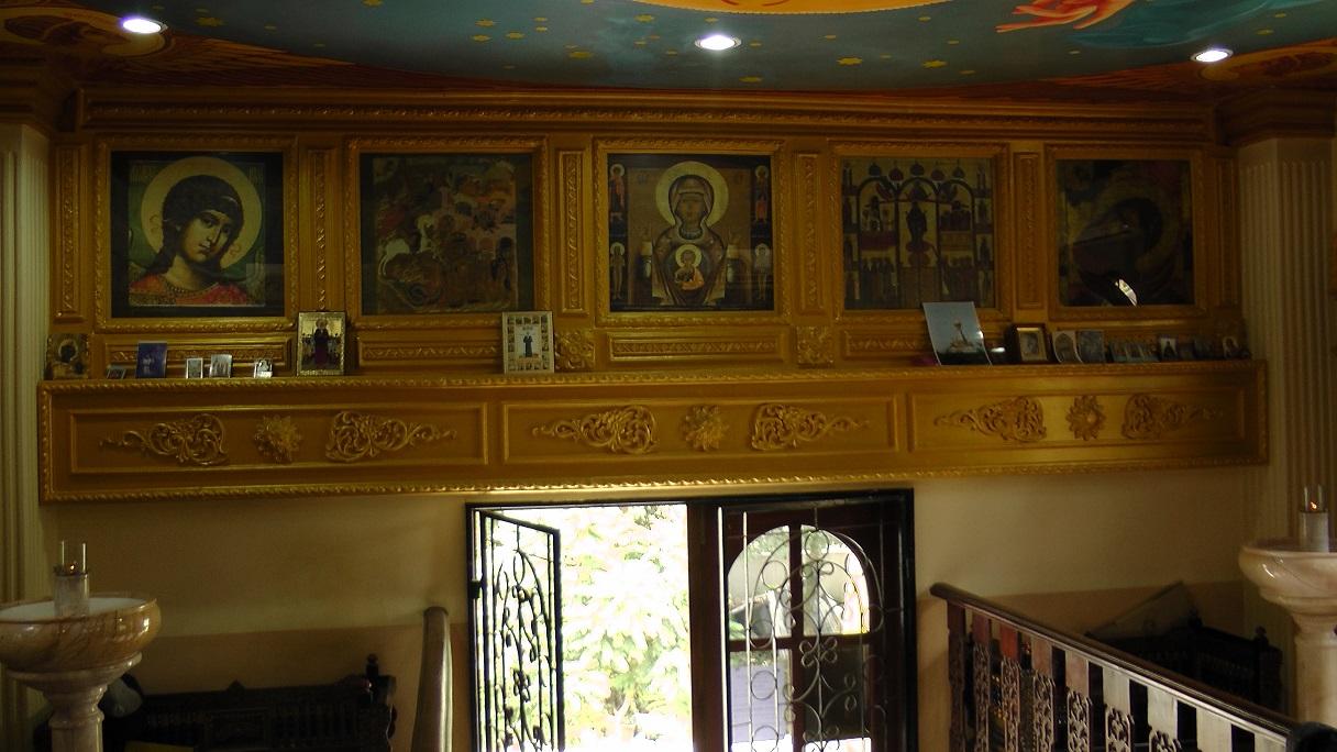иконы рядом с выходом из церкви