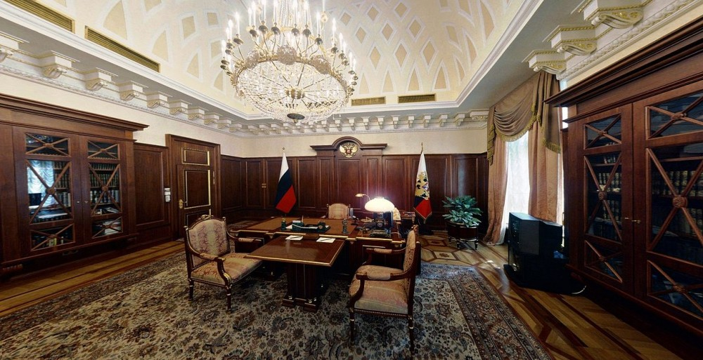 1280px-Senate_Palace_-_Desk_of_the_President
