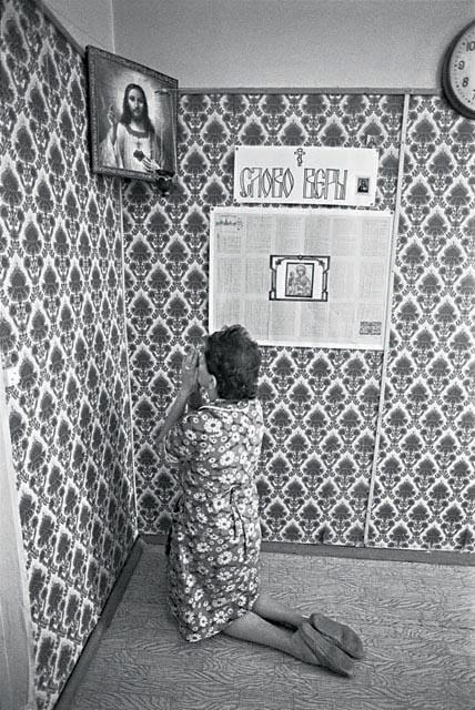 женщина молится на иконку в углу в отделении для ВИЧ инфицированных 1993