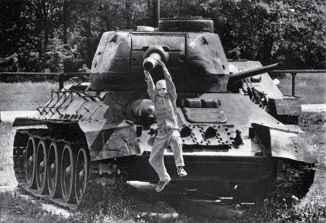 мальчик висит на танке у мемориала в подмосковном городе 1993