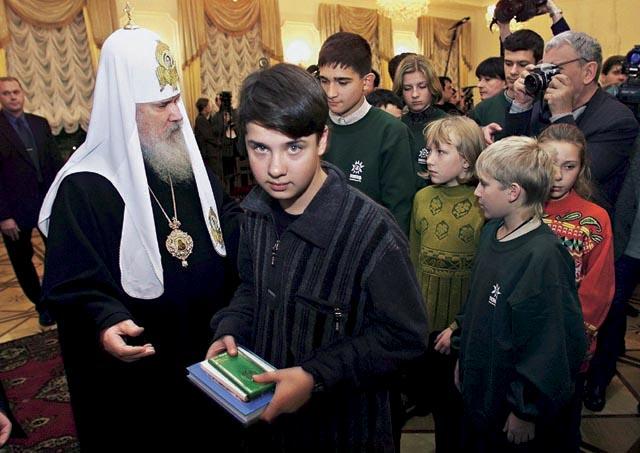 патриарх утешает детей моряков погибших в подводной лодке Курск 2000
