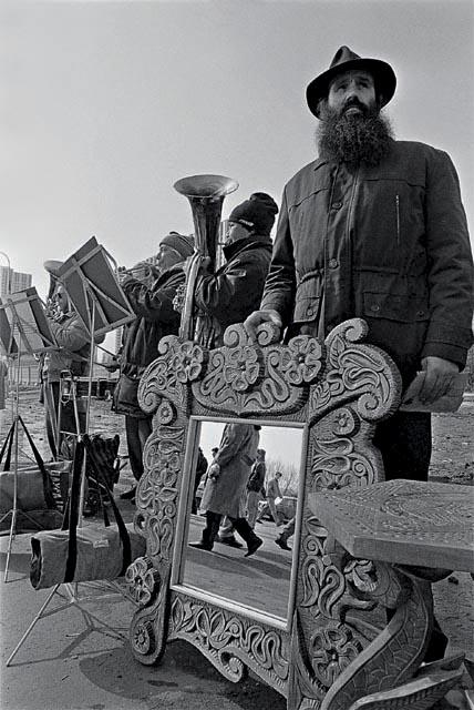 продажа духовных ценностей на фоне играющего оркестра 1993