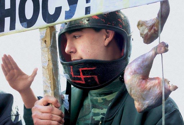 протест скинхедов против ножек Буша около Макдональдса в Москве 2002