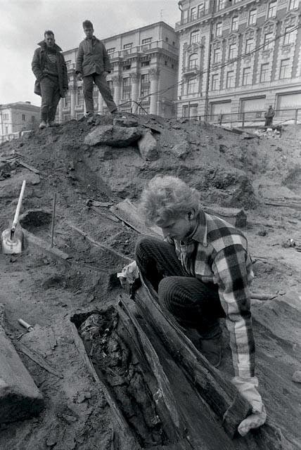раскопки в центре москвы для строительства торгового центра. обнаруженно кладбище 16-17 веков